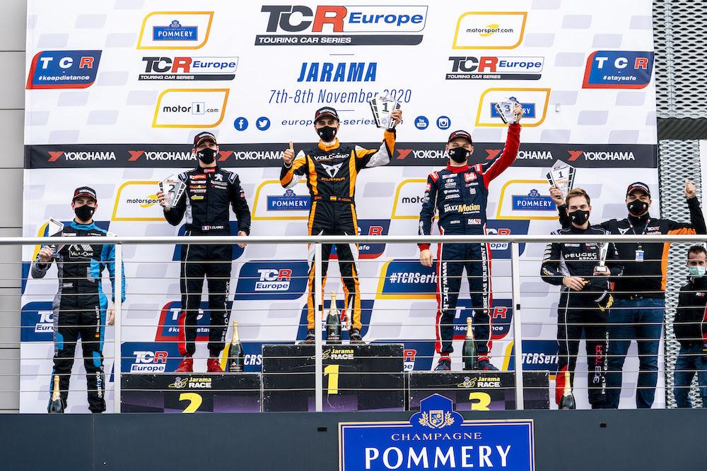 Maťo Homola na pódiu počas záverečného víkendu sezóny TCR Europe 2020
