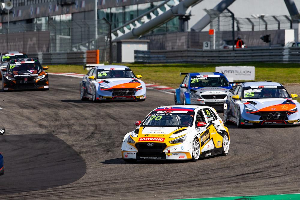 Maťo Homola desiaty v prvých pretekoch TCR Europe 2021 na Nürburgringu
